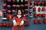 Chine, Beijing. Une fille chinoise, porter des vêtements de style traditionnel chinois détenant une enveloppe Hongbao qui est reçue avec de l'argent par les étudiants et les enfants pendant le Festival de printemps pour le nouvel an chinois.