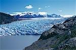 Un marcheur regarde à travers le museau très crevassé du Glacier Grey pèsent sur Lago Grey, Parc National de Torres del Paine, Chili Patagonie