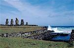 Le centre cérémoniel de Tahai montrant la pierre antique canoe rampes de lancement et de la plate-forme de Ahu Vai Uri avec ses quatre moais squat et le moignon d'un cinquième. Tahai est juste à quelques pas de la principale agglomération de l'île de Pâques, Hanga Roa sur la côte ouest de l'île, soutenu par l'océan Pacifique.