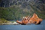 Chili, Patagonie, canal de Beagle, Fjords chiliens. Expédier l'épave d'un navire à passagers malheureux échoué sur le rivage dans les Fjords chiliens.