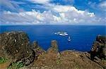Chili, île de Pâques. Pétroglyphes sculptés dans la roche de basalte près du cratère de Rano Kau et donnant sur le Pacifique. Elles représentent des figures humaines avec les chefs et les becs incurvés oiseaux