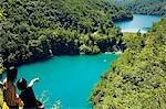 Filles en regardant les lacs Turquoise et chute d'eau