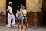 Cuba, la Havane. Locaux sur la rue, Calle Obispo, la Havane