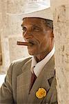 Cuba, la Havane. Homme cubain, Plaza de la Catedral, la Havane