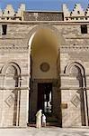 Mutter und Sohn Al-Hakim Moschee in islamischen Kairo eingeben. Die Moschee ist eines der ältesten in Kairo, dass Stand seit 1010AD und 1980 restauriert.