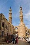 Bab Zoueila, l'ancienne porte du Sud dans la ville du Caire, en Égypte, chevauche encore une artère animée après plus de 900 ans.