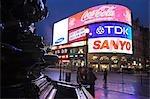 Piccadilly Circus par nuit. Construit en 1819, il est maintenant reconnu pour ses enseignes au néon, ainsi que la fontaine de Shaftesbury memorial et la statue appelée « Eros », il est entouré de plusieurs bâtiments célèbres, y compris le pavillon de Londres et le théâtre de critère. Directement sous la place se trouve la station de métro Piccadilly Circus.