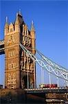 Le Tower Bridge traversant la Tamise dans le centre de Londres. Le pont conçu par Sir Horace Jones et construite en 1894, a été conçu comme un pont-levis pour permettre aux navires de passer à travers.