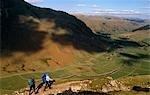 Angleterre, Cumbria, Lake District. Colline à pied au-dessus de Langdale.