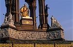 Angleterre, Londres. Commandé par la Reine Victoria pour commémorer son époux fin, Prince Albert. Cette grande statue du Prince Albert à Hyde Park, est assis dans un vaste sanctuaire gothique. Il comprend une frise avec 169 sculptés figures, les anges et les vertus plus haut et séparés les groupes représentant les Continents, les Sciences et les Arts industriels.