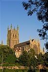 Angleterre, Worchestershire, Worcester. Cathédrale de Worcester - une cathédrale anglicane située sur une rive, avec vue sur la rivière Severn. Son nom officiel est l'église cathédrale du Christ et la Vierge Marie.