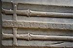 Shrewsbury Shropshire, Angleterre. Couvercle dans la salle capitulaire de l'abbaye de Haugmond, un 12ème siècle Augistinian abbaye près de Shrewbury de cercueil de pierre sculptée.