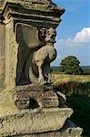 Angleterre, Shropshire. Griffon décoratif sur les ruines du château de Moreton Corbett, un château médiéval et le manoir Tudor de la famille de Corbet.