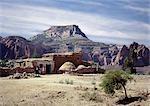 Une ferme de Tigray donne sur les montagnes de Gheralta spectaculaire dans le nord de l'Éthiopie. Maisons en pierre aux toits plats, qui sont communes dans la Province du Tigré, peuvent avoir été introduites en Éthiopie d'Arabie 700 ans avant j.-c..