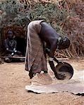 Une femme Dassanetchs vannes grain par coulage de son étain métal et laissez-la tomber sur une peau de veau. Beaucoup la plus grande des tribus dans la vallée de l'Omo numérotation environ 50 000, les Dassanetchs (également connu sous le nom Galeb, Changila ou Merille) et nilotiques pasteurs et agriculteurs.