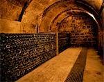 Paniers de bouteilles de vin à maturité dans une cave souterraine à Bodega Real Divisa producteur dans le village de Abalos. Il s'agit d'un des plus anciens vignobles en Espagne datant du XIVe siècle.