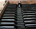 Bouteilles de Vina Hermosa Reserva 2001 se situent dans un prêt de la caisse pour l'étiquetage dans la cave à vins à la cave Vina Hermosa familiale. 2001 est réputée avoir été une des meilleures années de l'histoire du vin de Rioja.