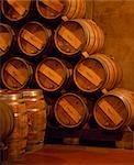 Barils de vin de la Rioja dans les caves souterraines à Muga winery