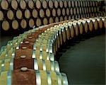 Tonneaux de vin est disposés dans des courbes artistiques à Ysios winery. Cette cave de vinification moderne, presque futuriste a été conçu par Santiago Calatrava, architecte de renommée mondiale