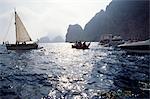 Convoi de bateaux en mer près de la côte d'Ibiza