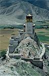 Yambulagang, autrefois une forteresse et, maintenant, une grande chapelle habitée par plusieurs moines, est réputé être le plus vieux bâtiment au Tibet - bien que sa forme actuelle remonte principalement à un restorationYambulagang de 1982.