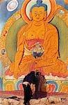 Monastère de sera. Le long de sérums kora, ou circuit de pèlerinage, un moine s'incline devant une image peinte à rock de Yama Dharmaraja, une divinité protectrice Bucéphale favorisée par l'école Gelugpa. Derrière, se dresse un édifice élancé d'où une thangka géant, ou la peinture religieuse, est déployé au cours de festivals.