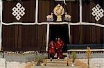 Tibet, le monastère de Sanga. Moines de quitter la salle d'Assemblée principale de ce petit monastère près de Lhassa.