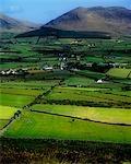 Vue d'angle élevé des bâtiments dans un village, les montagnes de Mourne, comté de Down, Irlande du Nord