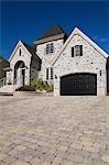 Großes Haus und Zufahrt