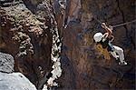 Oman, montagnes de Hajar de Western, Snake Canyon. A nouvellement installé Via Ferrata (chemin de fer) permet aux alpinistes et aventuriers de traverser canyons autrement inaccessibles et d'explorer ses montagnes seulement quelques heures de Mascate. Alpiniste britannique Justin Halls montre le chemin.