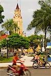 Pérou, Amazon, Amazon River. Trafic qui transite par la place de la ville de Iquitos.