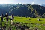Philippines, île de Luzon, les montagnes de la Cordillère, Province de Kalinga, Tinglayan. Guide regardant les rizières en terrasses dans le village de Luplula et touristes occidentaux.