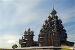 Russland, Karelien, Onegasee, Kizhi Insel. Die Kirche der Verklärung Christi und der Kirche der Prophet der Mutter Gottes.
