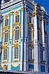 Russie, Saint-Pétersbourg, Tsarskoïe Selo (Pouchkine). Palais Catherine a été commandée par l'impératrice Elizabeth construit par l'architecte italien Rastrelli et fut finalement achevée en 1756. Sous le règne de Catherine la grande, l'intérieur d'une aile a été redessiné par l'architecte écossais Charles Cameron qui a également construit un certain nombre de bâtiments supplémentaires dans le vaste parc.