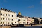 Russland; St. Petersburg; Kanal Moika. Blick über den Kanal Moika. Die Kuppel der St Isaacs Kathedrale oberhalb der Häuser sichtbar.