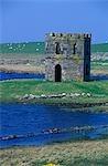 Scolpaig Tower, une folie crénelée sur Loch Scolpaig, fut érigée au XIXe siècle dans le cadre d'un programme de soulagement de famine.