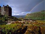 Une forme d'arc-en-ciel sur les collines derrière le château de Tioram.