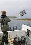 Ghillie Benmore Estate, Donald Bissett, lève un pot de homard de la barque dans Loch na Keal
