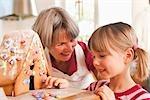 grand-mère et petit-fils de gâteau