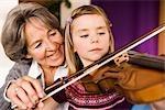 grand-mère, enseignement de la musique de petit-enfant