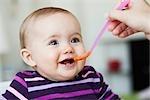 Babysitting in Stuhl, gefüttert