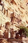 Dogon maisons adossées à la falaise au pied du plateau de Bandiagara, désigné patrimoine mondial de l'UNESCO en 1989