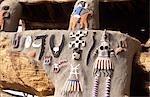 Réunion région (Casa palava)-symboles des êtres qui protègent les secteurs dans le Village Dogon dans la falaise à la base plateau de Bandiagara, de réunion désigné patrimoine mondial de l'UNESCO en 1989