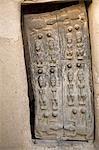 Mali, pays Dogon. Finement sculptée ancienne Dogon porte d'une maison traditionnelle à Sangha, un joli village Dogon construit parmi les rochers au sommet de l'escarpement de Bandiagara.