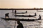 Mali, Delta intérieur du Niger. Au crépuscule, les pêcheurs Bozo pêcher avec des filets dans le fleuve Niger au nord de Mopti.