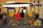 La place principale de Marrakech, Djemaa el Fna, regorge de stands de vente de jus d'orange fraîchement pressé.
