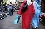 Shoppers sur l'animée Rue sous-Siaghin, la principale rue commerçante de la vieille médina de Tanger.