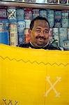 Un vendeur de tapis affiche ses marchandises dans le souk de Marrakech