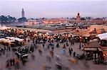 Minaret de la koutoubia Marrakech Place Djema El Fna Stands de fruits