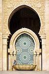 Un visiteur est éclipsé par le carrelage mosaïque imposante de la mosquée Hassan II. La mosquée est le troisième plus grand monument religieux dans le monde et peut accueillir 25 000 fidèles dans sa salle de prière principale.